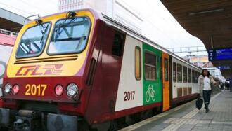1日、ルクセンブルク市の駅に到着した列車(共同)