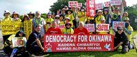 嘉手納ゲート前 抗議の市民激励 ハワイ在住の県系2人