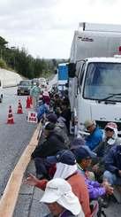 新基地建設に反対して座り込む市民ら=9日午前、名護市・キャンプ・シュワブゲート前