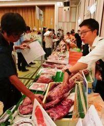 食肉や加工品を中心に99社が出展した「2015イバノフードフェア」=宜野湾市、ラグナガーデンホテル