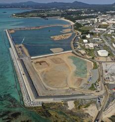 米軍普天間飛行場の移設先として工事が進む沖縄県名護市辺野古の沿岸部=2月