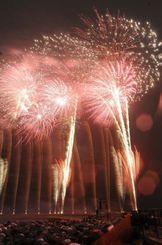 雨の中、色鮮やかな花火が夜空を彩った琉球海炎祭=11日午後8時ごろ、宜野湾海浜公園(松田興平撮影)