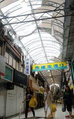 台風24号の強風でアーケードが破損した市場本通り=29日午後、那覇市松尾