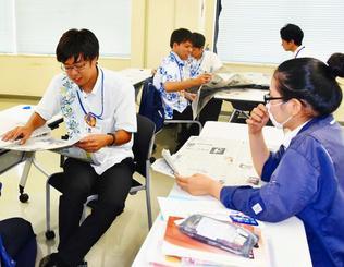 気に入った記事について意見を出し合う受講者=6月日、浦添市・りゅうせき本社