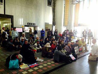 辺野古移設反対の市民らが座り込んでいる沖縄県庁1階ロビー=9日午前9時50分ごろ