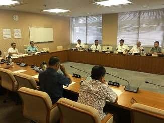 那覇空港での自衛隊機事故に対する意見書案の提案を協議する県議会総務企画委員会=23日、県議会
