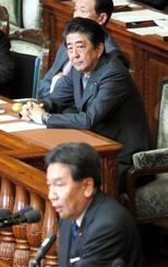 内閣不信任決議案の趣旨弁明をする立憲民主党の枝野代表(手前)を見つめる安倍首相=25日午後、衆院本会議場