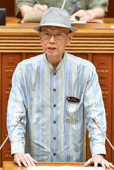 県議会代表質問で答弁する翁長雄志知事=19日午前10時半