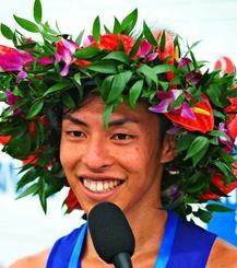 初優勝しインタビューに答える照屋友貴=4日、奥武山陸上競技場