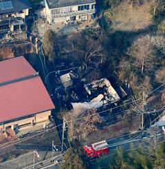 火災で屋根が焼け落ちた建物=23日午後3時34分、東京都青梅市(共同通信社ヘリから)