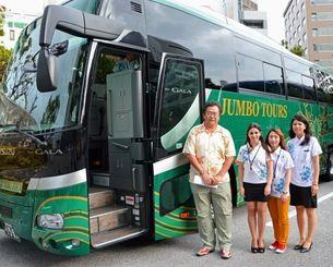 一日乗り降り自由な観光バス「Hip-Hop Bus」の運行を始めるジャンボツアーズの谷村勝己社長(左)=28日、沖縄県庁