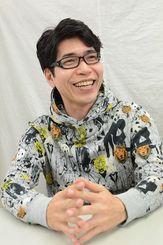 「生まれ育った沖縄が、自分の仕事の幅を広げてくれた」と語る新垣樽助さん=東京都新宿区の所属プロダクション