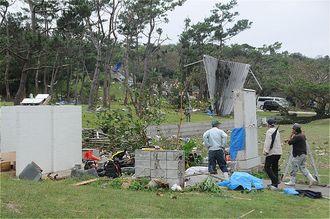 プレハブ小屋が崩壊し、屋根が40メートル先に飛ばされた平和祈念公園。竜巻が発生した可能性がある=18日、糸満市摩文仁
