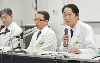 再発防止の取り組みに関し、報道陣に説明する群馬大病院の田村遵一病院長(右)=22日午後、前橋市