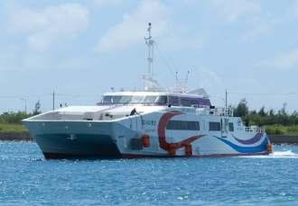 波照間航路に初就航した大型高速船「ぱいじま2」=石垣港離島ターミナルから