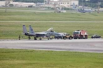 嘉手納基地に緊急着陸する同基地所属のF15戦闘機=25日午後2時4分(読者提供)