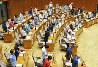 大田昌秀元知事の冥福を祈り黙とうする県議=20日午前、県議会