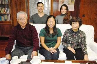 父方の親類を探しあてたハワイ県系4世のシャーリーさん(前列中央)と親類の安里さん(同左)妻清子さん(同右)。(後列左から)ケリーさん、佐伯さん=4日、北中城村喜舎場