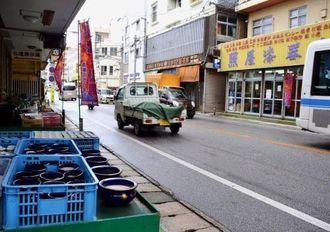 現在、仏壇通りには6店の漆器店や家具屋がある。うち4店が照屋漆器店