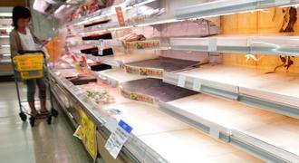 台風24号の影響で品不足となっている肉類の陳列棚=29日午後、宮古島市平良東仲宗根のサンエーショッピングタウン宮古食品館