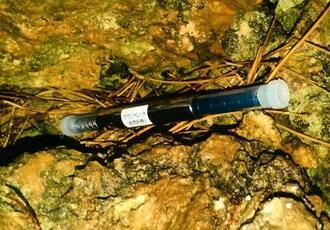 沖縄県宮古島市で見つかった「ウランペレット(核燃料棒)」と記載された物体(同市提供)