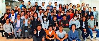 子どもたちの居場所づくりを目的に「kukulu」と「侍学園沖縄校」の開所を祝い、詰め掛けた関係者たち=那覇市牧志・スペース「アシタネ」