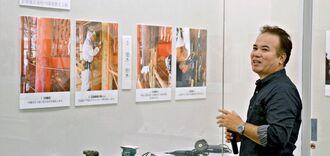首里城正殿の柱の塗装工程を説明する諸見由則さん=16日、浦添市美術館