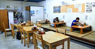 店内ではお客さんが思い思いに食事を楽しんでいた=6日、うるま市石川白浜の「ちゅら浜食堂」