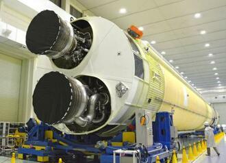 報道陣に初公開された新主力ロケット「H3」の試験機1号機の胴体第1段=23日午前、愛知県飛島村