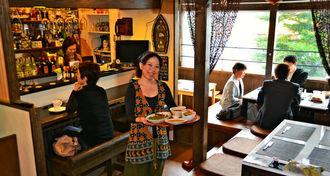 こだわりのスパイスにタマネギのうま味が凝縮したカレーを提供する店主の久場美咲さん=6日、沖縄市中央