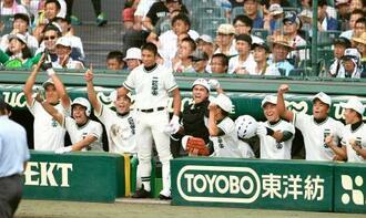 明桜―二松学舎大付 2回表、永野の適時三塁打に沸く二松学舎大付ベンチ=甲子園