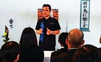 タイガー産業の社長時代に就職説明会で講演する島袋さん(本人提供)
