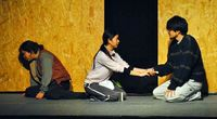 演劇「死角の箱」:徹底的に描いた暗部、微かな光を予感【劇評・平良彦太】