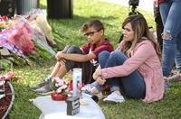 米高校銃乱射、犠牲者に黙とう フロリダ州、生徒ら献花