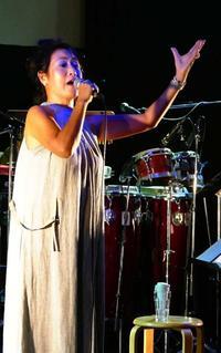 EPO「最高だよね」 時代を超えた選曲で観客魅了 沖縄・北谷町でライブ