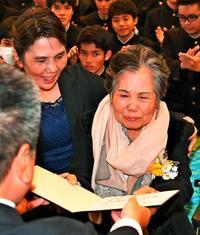 「いつか自分の字で名前が書きたい」76歳女性の願いは中学卒業 花道で見せた人生を諦めない姿