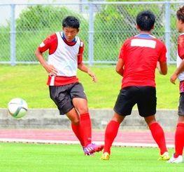 FC琉球に8月から加入したDF下村悠太(左)=3日、南城市陸上競技場