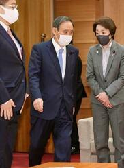 閣議に臨む菅首相(中央)ら=1日午前、首相官邸