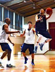 PO西地区1回戦の石川戦に向け、調整するキングスの選手=宜野湾勤労者体育センター
