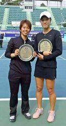 女子ダブルスで、韓国人選手と組んで優勝した井上明里(左)=香港(提供)