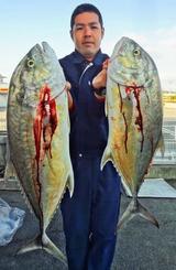 東海岸で7.5キロと5.13キロのオニヒラアジを釣った徳田佐(たすく)さん=15日