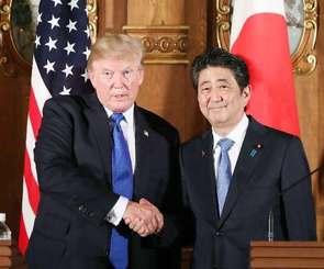 共同記者会見を終え、トランプ米大統領(左)と握手する安倍首相=6日午後、東京・元赤坂の迎賓館(代表撮影)