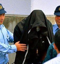 那覇地検へ送致される容疑者=5月20日午後2時33分、沖縄県警うるま署