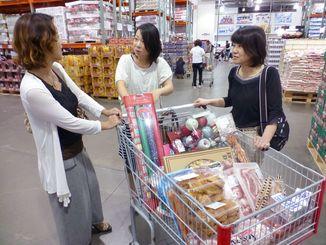 買い物の合間のおしゃべりも楽しみ=千葉市のコストコ幕張倉庫店