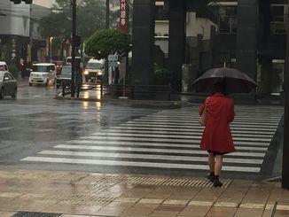 日中は激しい雨のため、ライトを付けて運転する車が目立ちました。夜遅くにかけて、さらに荒れた天気となるおそれ。最新の情報に注意してください。