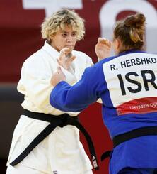 柔道女子78キロ超級1回戦でイスラエル選手と対戦するサウジアラビアのタハニ・カハタニ=日本武道館