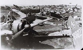 読谷飛行場で米軍の不意打ちを食らった日本軍機の残骸