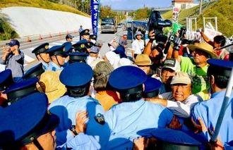 アスベスト処理について説明を求める市民らを、強制排除する警察官=23日午後3時すぎ、キャンプ・シュワブゲート前(福元大輔撮影)
