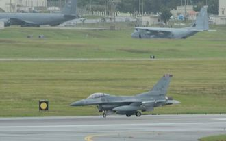 米軍嘉手納基地に飛来した、F16戦闘機=22日午後1時ごろ、同基地