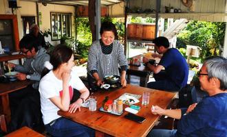 心地よい島風を感じながら、優しい味わいが魅力のそばを楽しめるテラス席=竹富町黒島